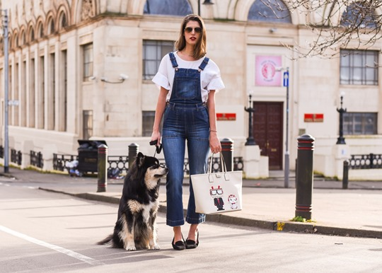 Karl Robot shopper bag & H&M Trend cropped overalls - Thankfifi street style-2