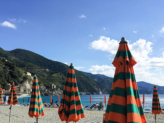monterosso-al-mare-umbrellas-cinque-terre-day-trip-travel-guide-thankfifi-scottish-travel-blog-1